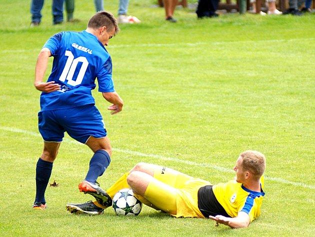 Karlovarská Slavia (vmodrém) porazila SK Rakovník 3:1.