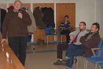 ODBORNÍCI ROKOVALI. Jedním z odborníků, kteří se zúčastnili včerejší Aquasany, byl i Jaroslav Balek. Vpravo na snímku organizátor akce Jan Pěček.