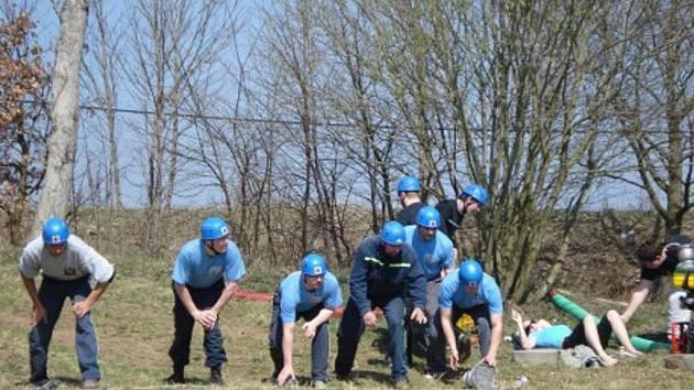 Hroznětínští hasiči jsou poměrně úspěšní v požárním sportu. Vloni dokázali zvítězit šestkrát, letos si na své konto připsali zatím tři vítězství. Snímek je z letošní soutěže v Útvině, kde hroznětínské družstvo obsadilo druhé místo.