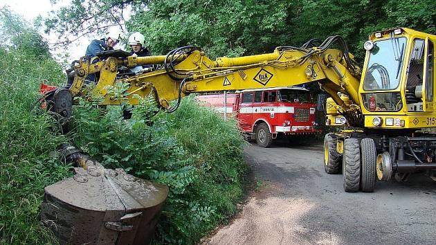Výška viaduktu ve Stráži nad Ohří není limitující pouze pro hasiče (jejich Škoda 706 RT CAS stojí v pozadí). 23. června se pod něj nevešel ani bagr.