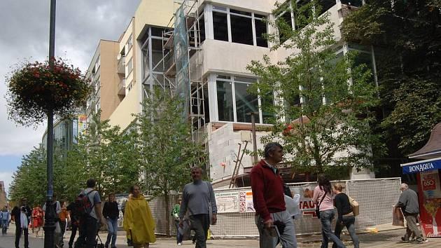 Stavební práce v obchodním domě Perla pokračují i během festivalu, ačkoliv jde o jednu z nejfrekventovanějších komunikací.