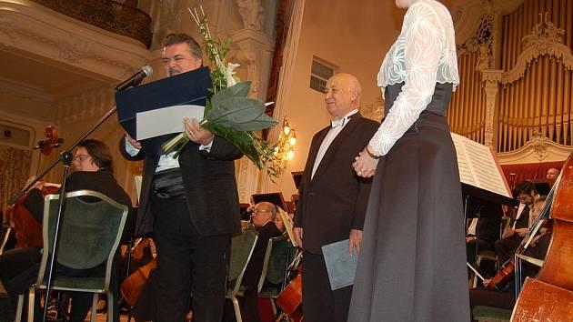Předsedou poroty pěvecké soutěže je Peter Dvorský (vlevo).