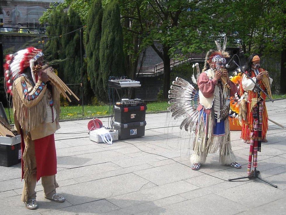 Lázně plné turistů. I když světem hýbe finanční recese, Karlovy Vary si na nezájem turistů z různých států světa stěžovat nemohou.