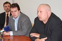 STARONOVÉ TVÁŘE. Zatímco David Hanzl a Miloš Dobiáš (zprava) opouštějí nemocnici i představenstvo, Kamil Kastner z Chebu (vlevo) se stal ekonomickým ředitelem.