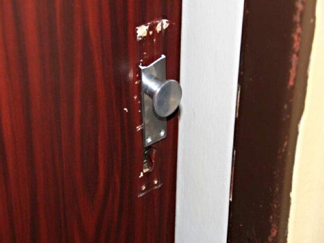 Vypáčené zámky bytů, které bytař v lázeňských městech navštívil.