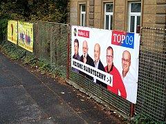 KAŽDÝ PLOT před volbami přijde vhod. Plakáty soupeřících stran a hnutí zaplavují město. Plakáty na snímku jsou v pořádku. Strana se dohodla s majitelem, nejde tedy o černý výlep.