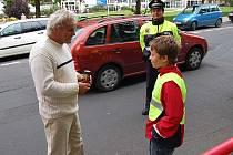 Řidiči, kteří si ohlídali na tachometru povolenou padesátku, dostali od žáků ZŠ Dukelských hrdinů energetický nápoj.