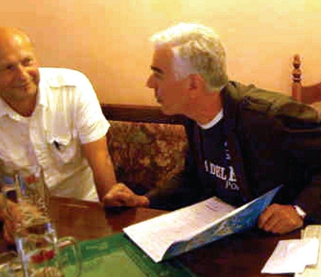 ZNÁTE POKER? Turnaj v pokeru se bude hrát i v Karlových Varech. Spoluorganizátorem akce je i Zdeněk Dojkov (vpravo).