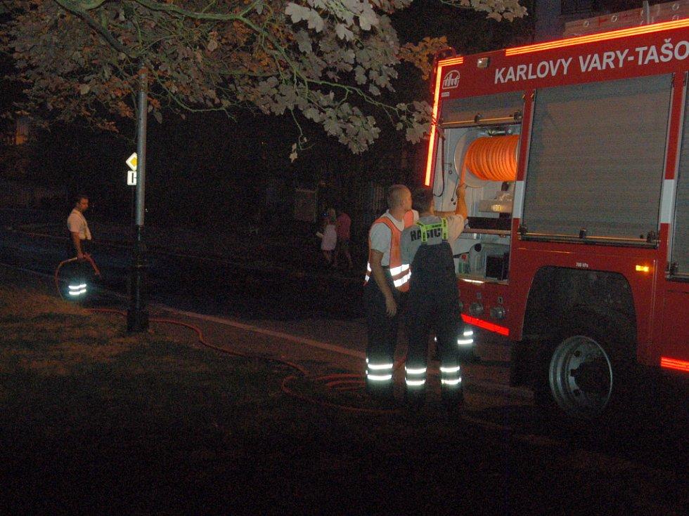 Po demonstraci. Ve 20.45 hasiči z Tašovic smývají nápisy z ulice.