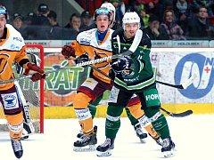 Hokejisté HC Energie (v zeleném) porazili Jihlavu (ilustrační foto).