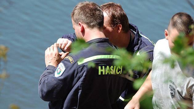 Hasiči a policisté vyprošťovali v pátek 30. dubna z řeky Ohře v Dubině na Karlovarsku utopené tělo