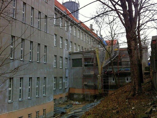VLEKLÁ OPRAVA. Budova obchodní akademie v Karlových Varech už měla být opravena.  Není. Během prosince do ní zateklo a třetí patro museli žáci opustit.