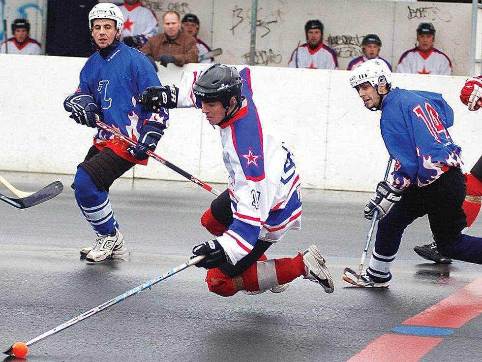 Hokejbalisté CSKA (v bílém) poprvé letos prohráli. Nestačili na rezervu Dobřan.