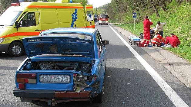 Nehoda na silnici Karlovy Vary – Plzeň poblíž vodní nádrže Březová u Karlových Varů. Při srážce osobního auta a motocyklu utrpěla dvojice jedoucí na motorce vážná zranění.