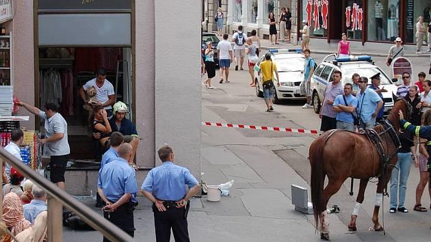 V neděli kolem poledního proběhli dva splašení koně výlohou jednoho z butiků u Vřídla.