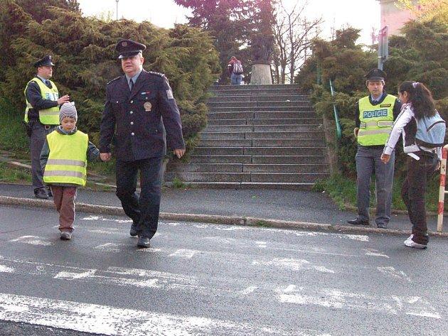 VÍŠ, JAK SE PŘECHÁZÍ? Karlovarský policejní mluvčí Pavel Valenta včera ostrovské předškoláky zkoušel z toho, zda umí správně přecházet silnici.
