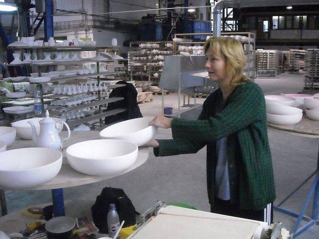 Problémy nekončí. Zaměstnanci Karlovarského porcelánu a Concordie dostanou 15. října pouze sedmdesát procent mzdy. Zbytek by měli dostat v příštím výplatním termínu.