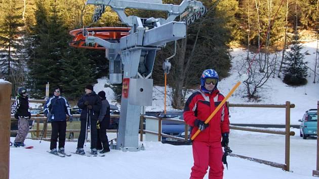 Potůčky vstoupily mezi krušnohorskou lyžařskou elitu. Nové moderní lyžařské středisko láká lyžaře na svah jak z německé, tak z české strany hor.