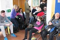 ŠŤASTNĚJŠÍ ŽADATELÉ o dotace, kteří přišli už včera odpoledne, získali místa v budově. Další už museli čekat venku.
