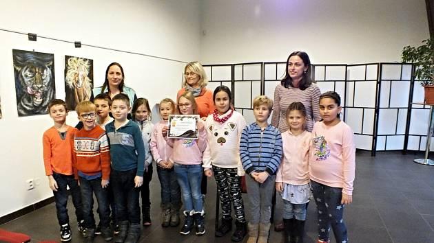Vítězné družiny soutěže Vánoční stromkování si společně s diplomy odnesly také krásné společenské hry.