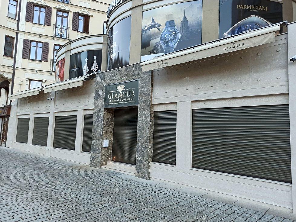 Zabedněné obchody se šperky v ulici Stará Louka.
