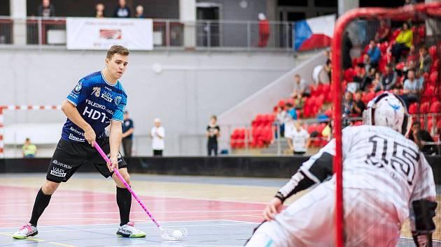 Sedmé místo si drží v kanadském bodování 1. ligy mužů karlovarský útočník Michal Strachota ( na snímku), který prozatím nastřílel šest branek a k tomu přidal devět asistencí.