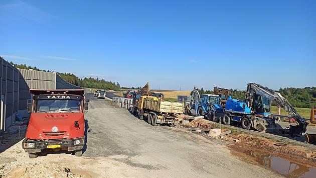 V současné době se pracuje hned na třech úsecích D6, všechny se nacházejí mimo území Karlovarského kraje.