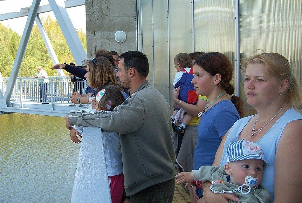 NAVŠTÍVILI DOSUD NEPŘÍSTUPNÉ. Lidé, kteří v pátek a v sobotu zavítali ke stanovické přehradě, měli možnost podívat se tam, kam laik ještě před tím nevstoupil. Mohli se podívat do věže, do šachty i na malou vodní elektrárnu.