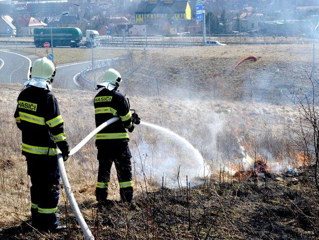 Požár travního porostu.