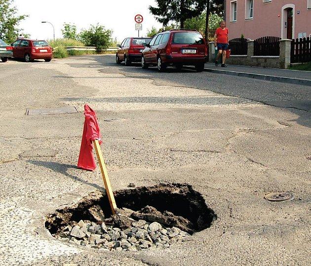 TICHÁ HROZBA. Na nepozorné řidiče čeká v Majakovské ulici přichystaná díra, která by mohla znamenat nebezpečí.