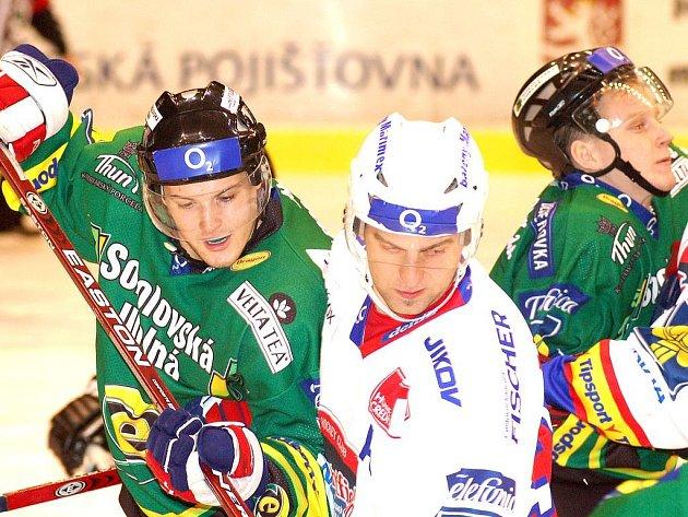 Se Zdeňkem Bahenským (vlevo) bojuje Tomáš Vak. Do dalšího hráče Budějovic je zaklíněn Pavel Kuběna (v pozadí).