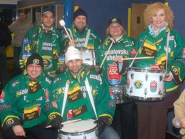 Před zápasem se představitelé karlovarské radnice setkali také s generálním manažerem HC Energie Miroslavem Vaňkem (zcela vlevo dole).