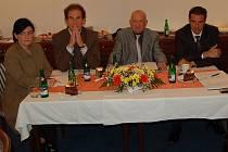 Martin Lebel (druhý zleva) povede Karlovarský symfonický orchestr v nadcházející koncertní sezoně. Smlouvu má zatím uzavřenou na jeden rok.
