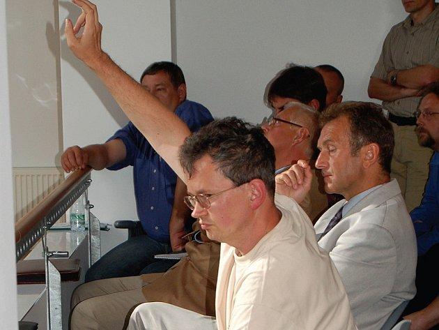 SPOLUPRÁCE? Tomáš Pospíšil, primář kožního oddělení karlovarské nemocnice ( na snímku) byl zvolen do dozorčí rady.