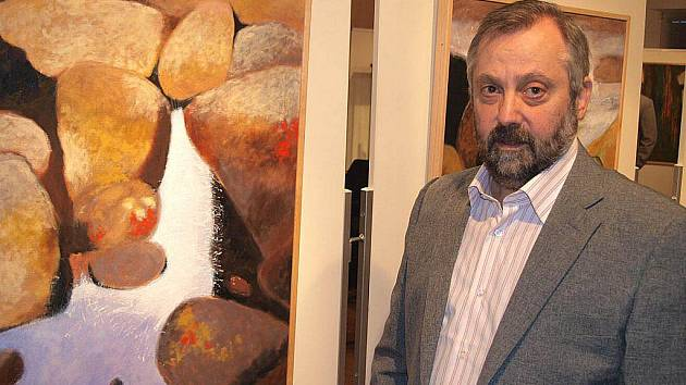 Michal Špora rozhodně není ve výstavních síních žádným nováčkem. Na jeho práce můžeme natrefit v celé řadě prodejních galerií a své práce pravidelně prezentuje i na spolkových výstavách karlovarských výtvarníků či na výstavách samostatných.