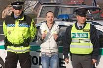 Policisté, strážníci a děti z nejdecké základní školy se včera podíleli na bezpečnostní akci v Pozorce.