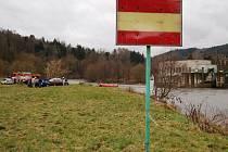 Na nebezpečnost radošovského jezu upozorňuje vodáky už s předstihem tato značka.
