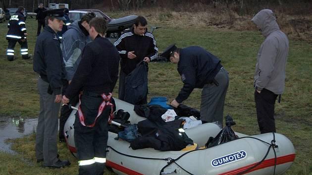 Policisté prohledávali věci z raftu čtyř vodáků, z nichž dva na zrádném jezu zahynuli.