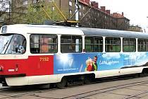LÁZEŇSKÁ TRAMVAJ. Pražané se v mohou projet v tramvaji, kterou zdobí velká reklama jáchymovských lázní.