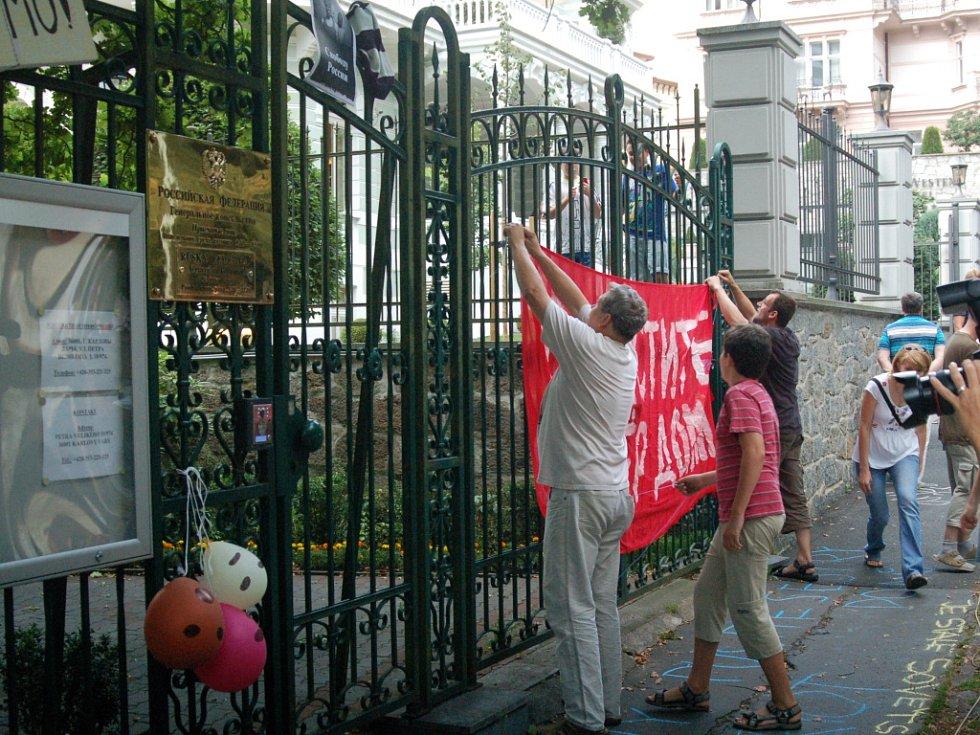 Lidé před ruským konzulátem.