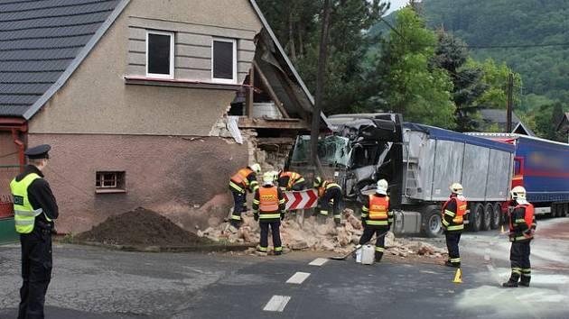 Nehoda kamionů v Boči na Karlovarsku.