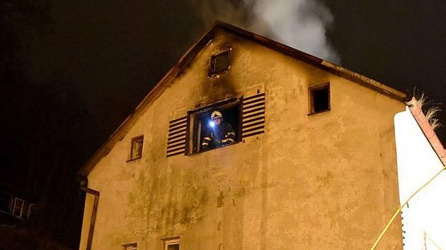 Noční požár zničil střechu třípatrového domu v ulici Na Vyhlídce v Karlových Varech.