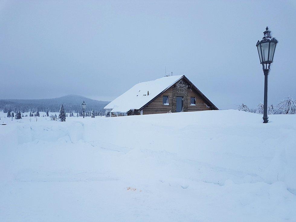 Sněhem zapadaný Boží Dar v Krušných horách. Foto Infocentrum BD