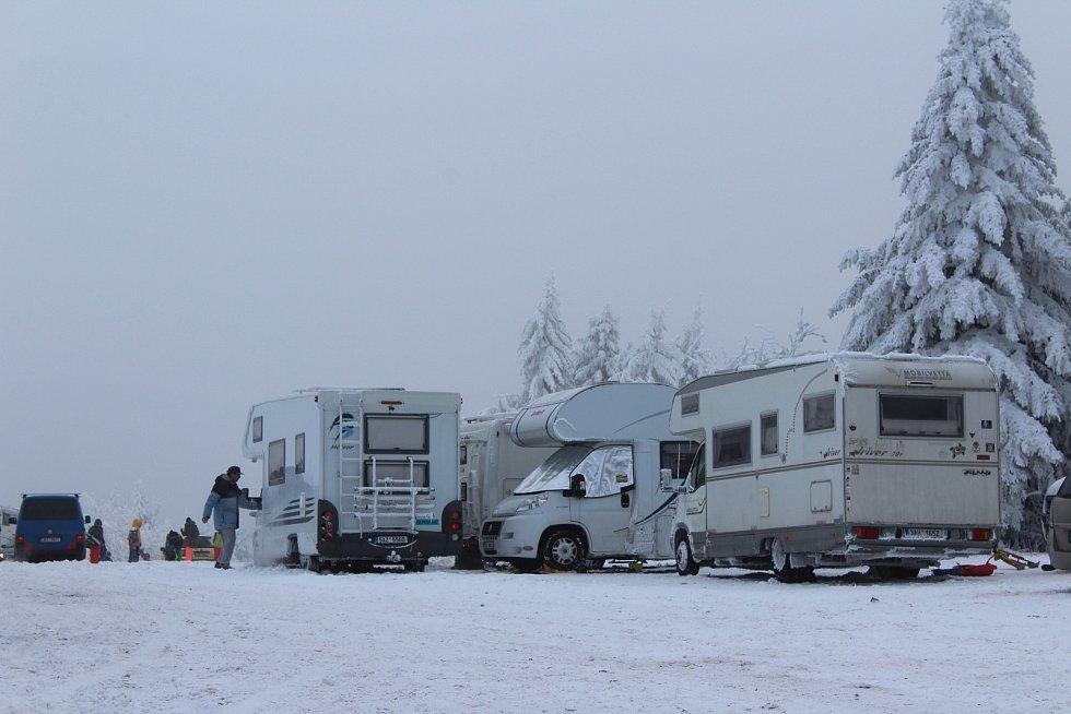 Na parkovištích přebývají lidé i v obytných karavanech.