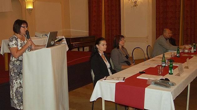 Strategie byla představena. V sále hotelu Richmond vedení kraje a odborníci přednesli strategii zdravotnictví v Karlovarském kraji. Na snímku vlevo radní Berenika Podzemská.