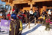 Siesta. Lyžaři na Božím Daru si dovedou užít a lyžařské areály v obci jsou doslova v obležení. Nyní se i turisté mohou těšit na opravené a úplně nové trasy jak na české, tak na německé straně.