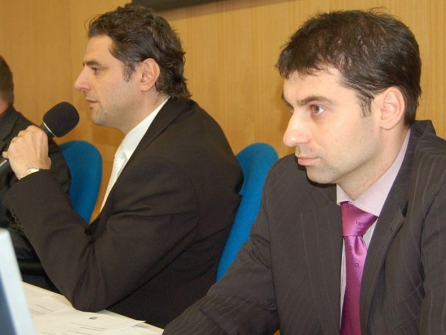 Karlovarští politici (na snímku primátor Werner Hauptmann (ODS) a náměstek Tomáš Hybner (ČSSD)), očekávají od nově zvolených europoslanců pomoc, peníze a spolupráci.