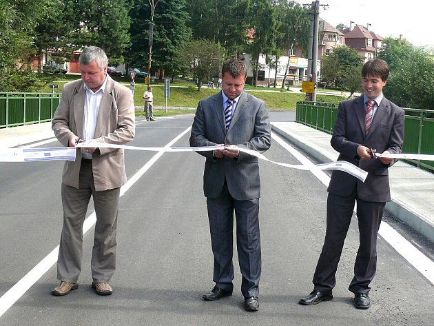Nově zrekonstruovaný most ve Žluticích otevřeli náměstek hejtmana Petr Navrálil (vpravo) a zástupci provádějící firmy.