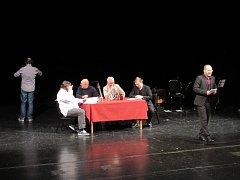 vystřižená scéna z Tajemství pánů Becherů. Ples v Puppu, která byla vidět na letošní Noci divadel.