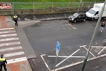 Přímo pod dohledem strážníků lidé nerespektují přechod pro chodce